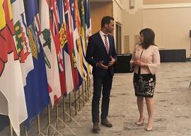 Stephen Lecce, le ministre de l'Éducation de l'Ontario et Adriana LaGrange, la ministre de l'Éducation de l'Alberta
