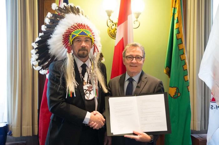 Jonathon Solomon, Grand Chief Mushkegowuk Council and David Zimmer, Minister of Aboriginal Affairs