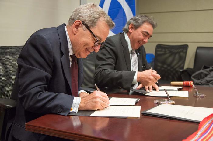 Le ministre des Affaires autochtones, M. David Zimmer et le président de la Métis Nation of Ontario (MNO) Gary Lipinski ont signé un accord-cadre renouvelé à Toronto, le 17 avril 2014.
