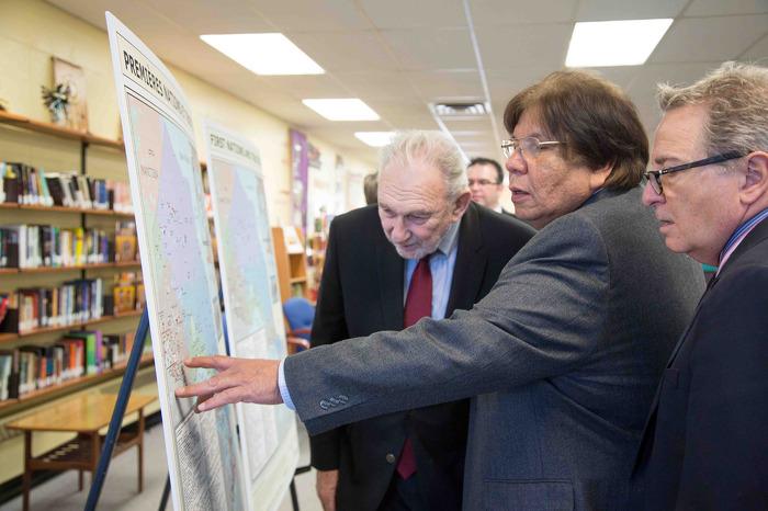 Le gouvernement de l'Ontario envoie à chacune des écoles élémentaires et secondaires de la province une carte sur les Premières Nations et les traités, comme première étape d'un processus d'éducation sur les traités.