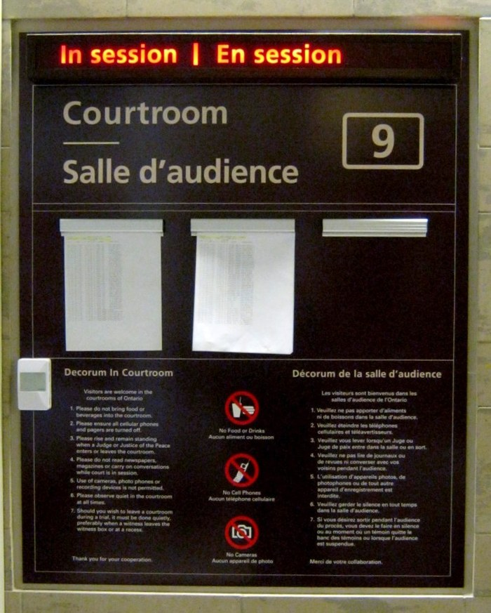 Des écriteaux simples, accessibles et bilingues sont installés au palais de justice d'Ottawa.