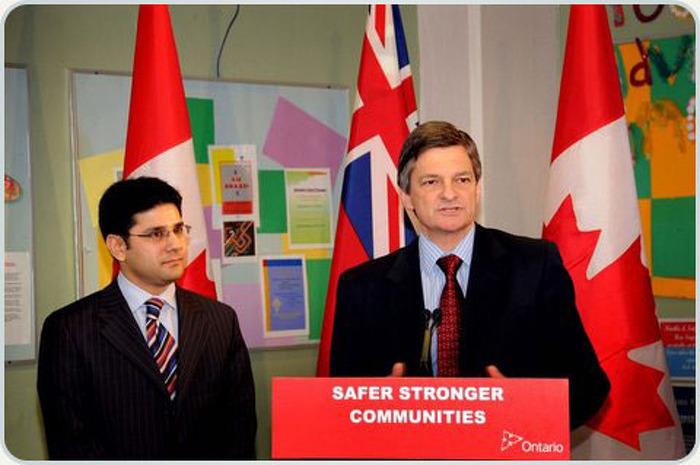 Le procureur général Chris Bentley et le député provincial pour Ottawa Centre, Yasir Naqvi, visitent le Bureau des services à la jeunesse d'Ottawa, le 7 février, pour annoncer que le groupe recevra une subvention de 70 000 $ pour les efforts de lutte contre les crimes haineux.
