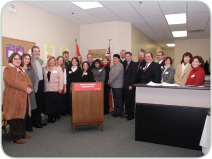 Le procureur général Chris Bentley est accompagné de partenaires du système de justice lors de l'inauguration du nouveau bureau du Programme d'aide aux victimes et aux témoins, aujourd'hui, à Elliot Lake.