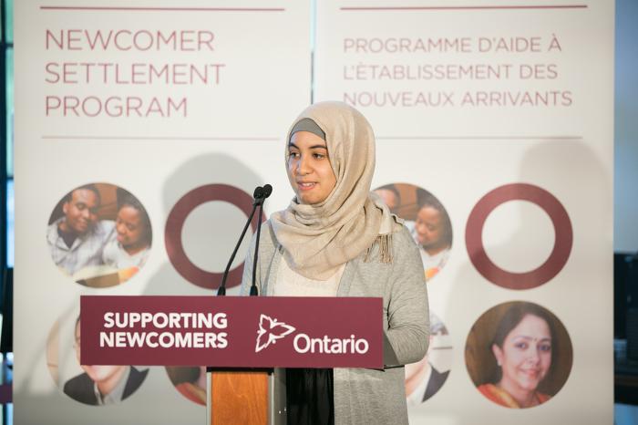Jeune client à West Neighbourhood House Fatima Ammari prononce une allocution