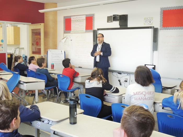 Le ministre de l'Énergie, Glenn Thibeault a visité l'école primaire Holy Cross, à Sudbury