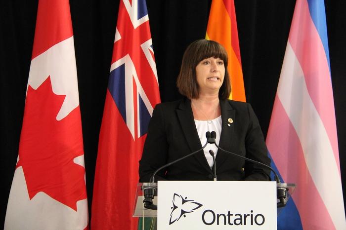 La ministre des Services gouvernementaux et des Services aux consommateurs, Marie-France Lalonde, annonce des changements à la façon dont le gouvernement traitera les renseignements concernant le sexe et le genre sur les documents.