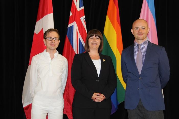 De gauche à droite : Jack Hixson-Vulpe, l'honorable Marie-France Lalonde et Steven Little.