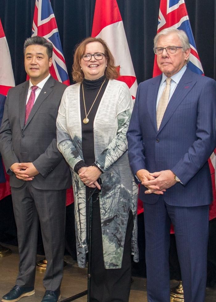 G à D - Han Dong, MPP Trinity-Spadina, la ministre Tracy MacCharles et L'honorable John Douglas Cunningham, c.r., l'ancien juge en chef adjoint de la Cour supérieure de justice de l'Ontario.
