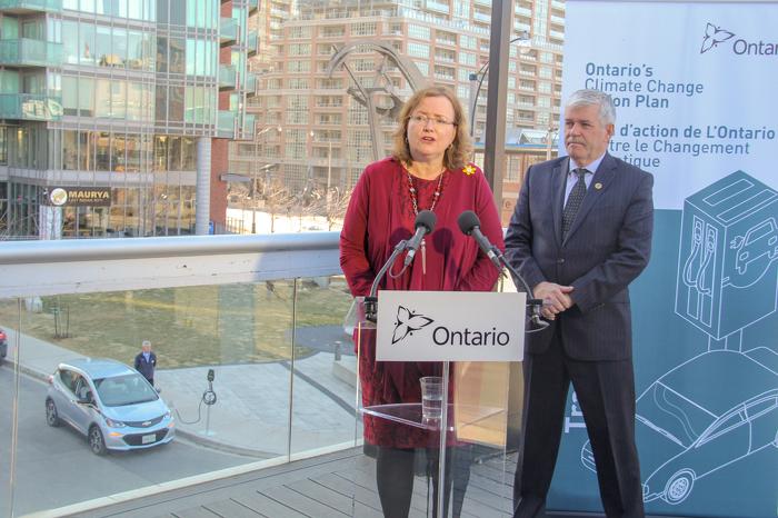 Le ministre MacCharles et le député Arthur Potts ont annoncé de nouvelles lois visant à faciliter l'installation de systèmes de recharge de véhicules électriques dans les copropriétés.