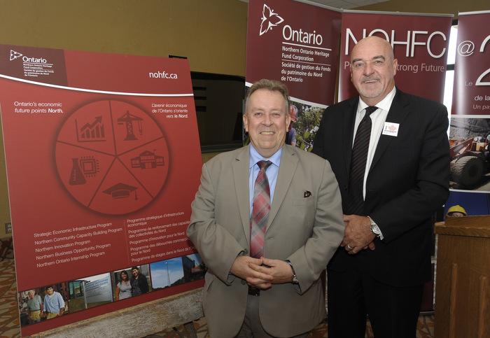 Le ministre Gravelle avec  M. Keith Hobbs, maire de Thunder Bay, fête le lancement des nouveaux programmes de la Société de gestion du Fonds du patrimoine du Nord de l'Ontario (SGFPNO).