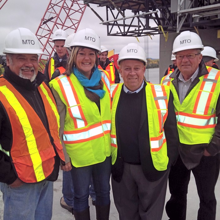 Aujourd'hui, le ministre Gravelle était sur le chantier du pont de la rivière Nipigon pour célébrer une étape marquante de la construction du premier pont à haubans de l'Ontario.