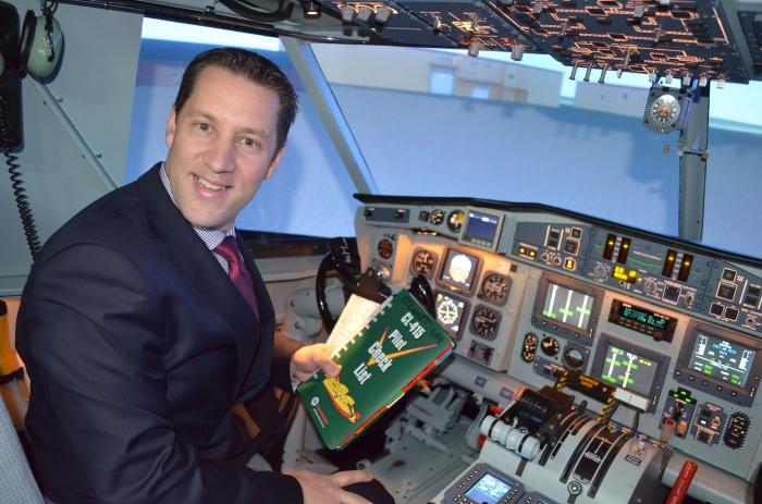 David Orazietti, ministre des Richesses naturelles, à l'intérieur du nouveau simulateur de vol d'un bombardier à eau lourd CL-415, simulateur à la fine pointe de la technologie.