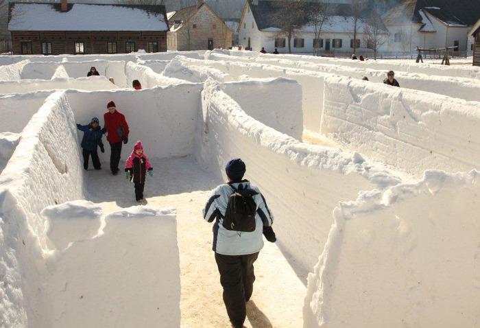 Perdez-vous dans le labyrinthe de neige géant, une des nombreuses activités saisonnières offertes aux familles lors du carnaval d'hiver Voyageur, au parc historique Fort William.