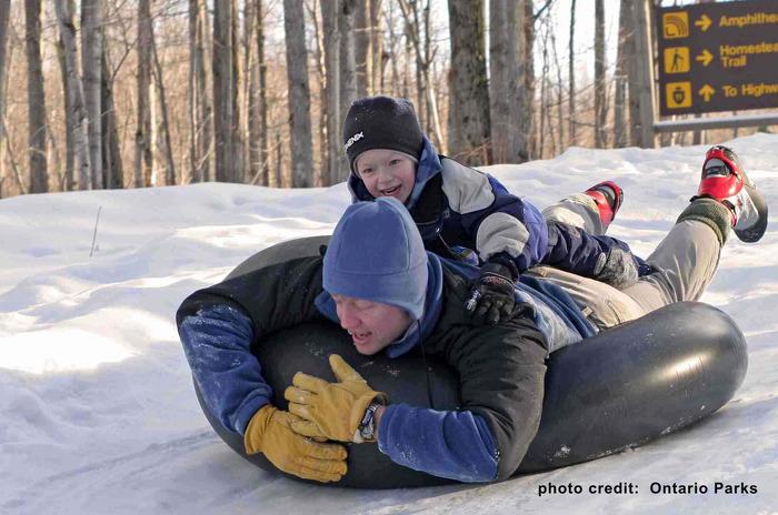 Plaisir en famille dans la neige.
