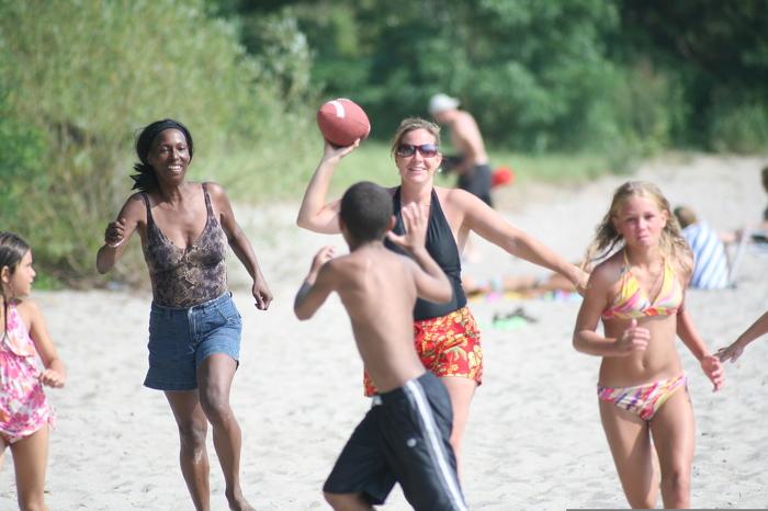 Une partie de football sur la plage est un excellent moyen de passer du temps avec les amis, tout en améliorant votre santé physique et mentale.