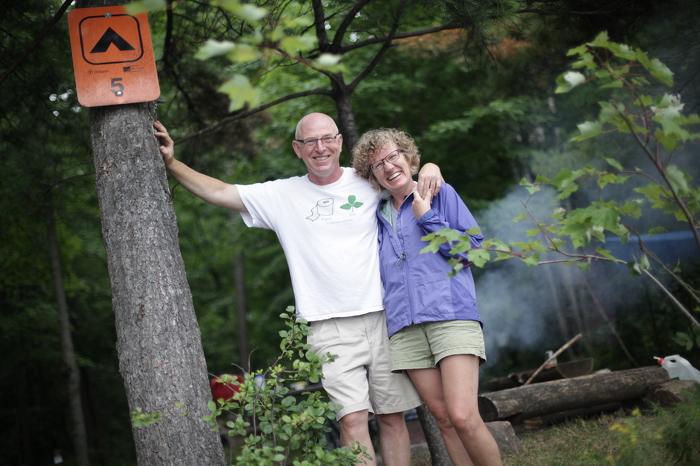 Le camping est bon pour vous. Il a été démontré que le contact avec la nature réduit l'hypertension, renforce le système immunitaire, contribue à atténuer les maladies et à diminuer les niveaux de stress.