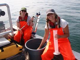 Participantes au Programme Perspectives d'emploi d'été réalisant une étude de l'eau douce dans une embarcation sur le lac Ontario.