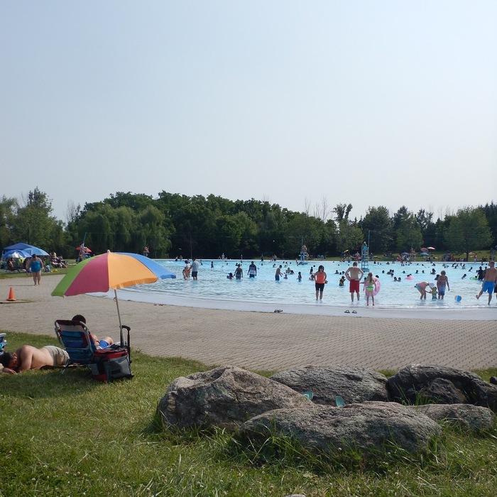 Le parc provincial Bronte Creek a une piscine pour les jours chauds de l'été.