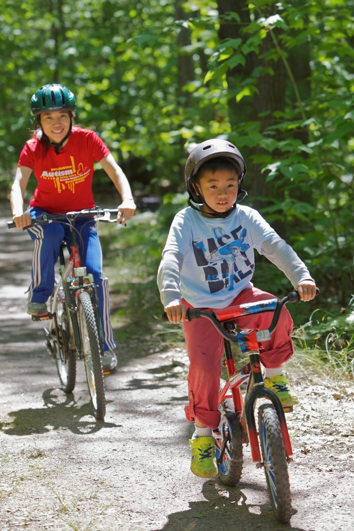 Profitez de la vue à bicyclette sur un sentier local.