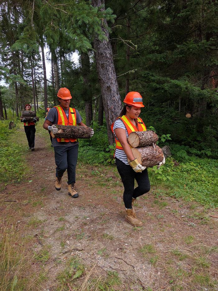 Jeunes du PEJPNLM transportant du bois de brûlage récemment coupé au camp du lac Mink.