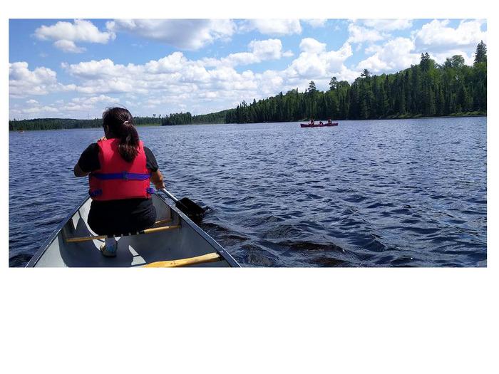 Une participante au PEJPNLM s'entraîne pour obtenir son certificat de canotage au parc provincial Quetico.
