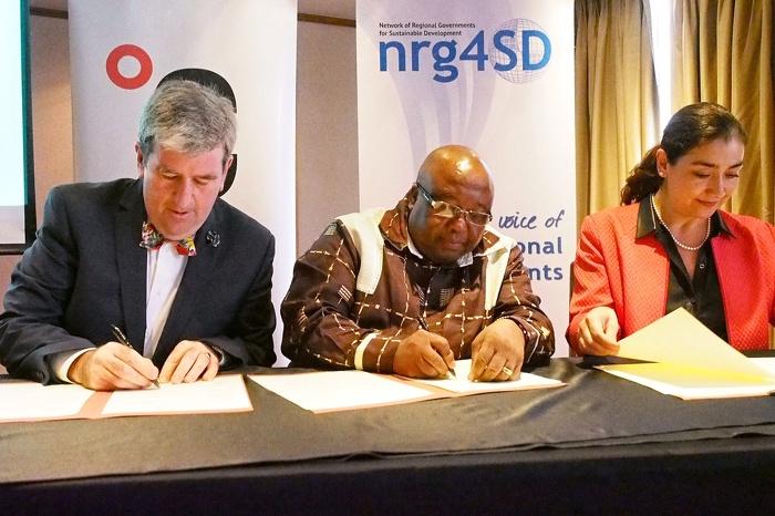 Glen Murray, ministre de l'Environnement et de l'Action en matière de changement climatique, signe l'Entente des États et Régions à la Conférence des Parties à Lima, au Pérou.