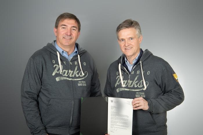 Photo (de gauche à droite) : Dave Smith, député provincial et conseiller spécial pour Parcs Ontario, et Rod Phillips, ministre de l'Environnement, de la Protection de la nature et des Parcs