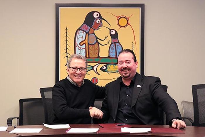 David Zimmer, ministre des Relations avec les Autochtones et de la Réconciliation Abram Benedict, grand chef du Conseil des Mohawks d'Akwesasne