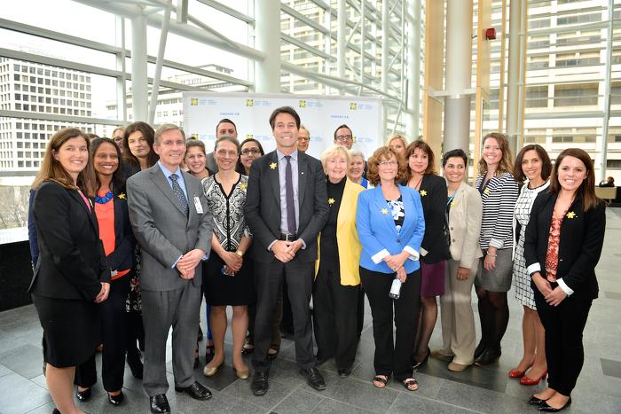 Le ministre Hoskins avec les participants de l'événement.