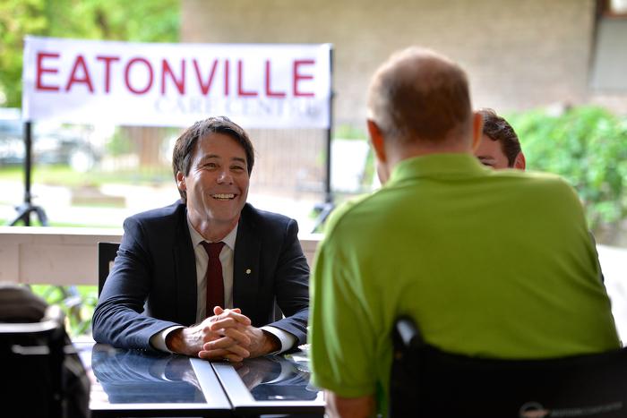 Le ministre Hoskins parle avec le public lors de l'événement à Eatonville.