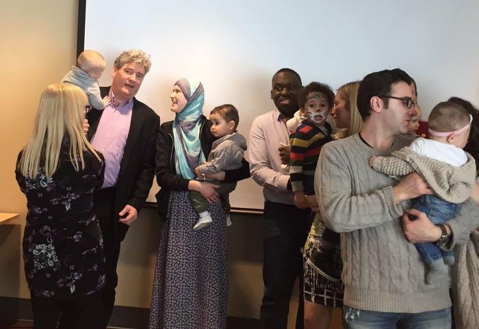John Fraser (à gauche), adjoint parlementaire du ministre de la Santé et des Soins de longue durée et député provincial d'Ottawa-Sud, ainsi que son petit-fils Fraser et son épouse Linda, étaient au Centre de naissance et de bien-être d'Ottawa samedi pour fêter le lancement du nouveau groupe Community Midwives of Ottawa.