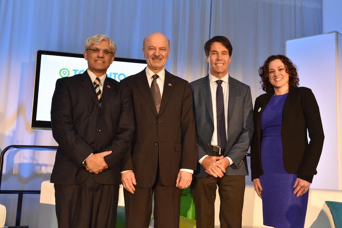 (De gauche à droite) Dr. Shafiq Qaadri, député provincial d'Etobicoke North, Reza Moridi, ministre de la Recherche, de l'Innovation et des Sciences, Dr Eric Hoskins, ministre de la Santé et des Soins de longue durée,  et Ella Korets-Smith, directeur exécutif de TO Health.