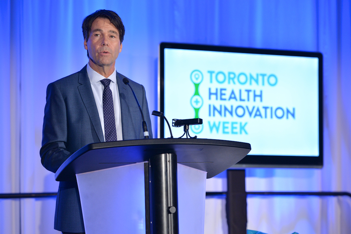Dr Eric Hoskins, ministre de la Santé et des Soins de longue durée, parle au sommet Impact Health à Toronto.