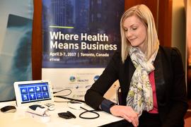 Sarah Votruba fait la démonstration de la plateforme de surveillance des patients CLOUD DX remote qui permettra aux patients de l'Hôpital de Markham-Stouffville atteints d'une maladie pulmonaire obstructive chronique présentant un risque élevé d'être soignés à la maison.