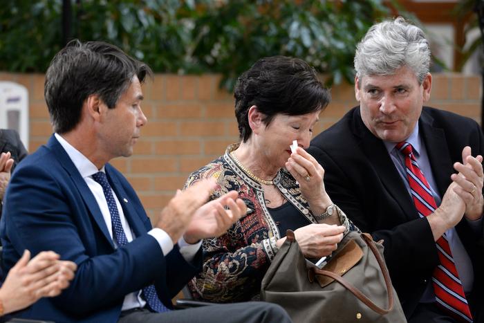 (De d. à g.) Le ministre Hoskins, Elaine Lambert, épouse et soignante d'un patient de Baycrest, et John Fraser, adjoint parlementaire. Elaine a parlé la prestation de soins primaires qui sont souvent prodigués par la famille.