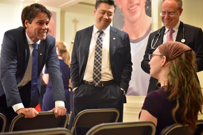 (De g. à d.), le ministre Hoskins, le député provincial Han Dong, le Dr Ronald Cohn, pédiatre en chef à hôpital SickKids et Kyla Austin, mère d'un patient de l'hôpital SickKids.