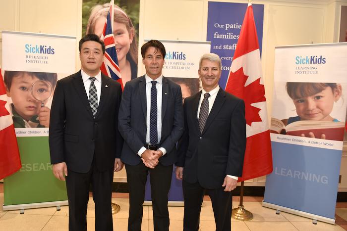 (De g. à d.), le député provincial Han Dong, le ministre Hoskins et le Dr Michael Apkon, président-directeur général de l'hôpital SickKids.