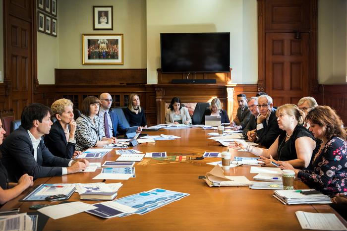 Les ministres Lalonde et Hoskins discute avec la première ministre Wynne  la stratégie en matière d'opioïdes avec Dc Williams et Dc Huyer.