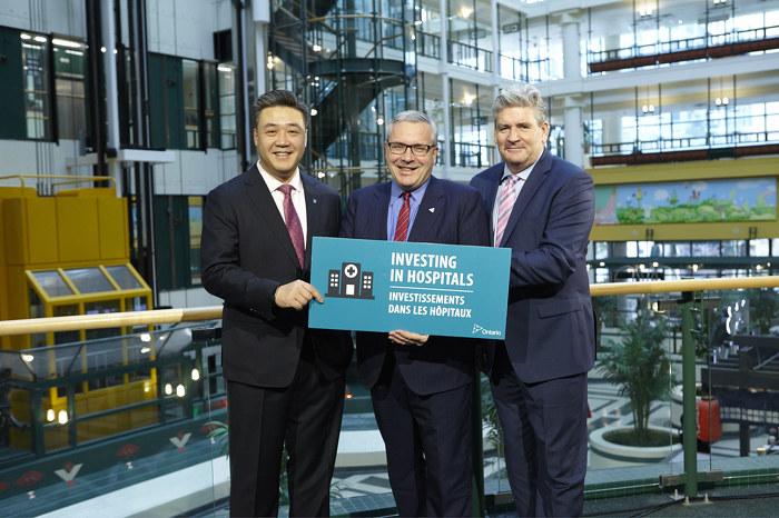(De gauche à droite) Han Dong, député provincial de Trinity-Spadina, Chris Ballard, ministre de l'Environnement et de l'Action en matière de changement climatique, et John Fraser, adjoint parlementaire du ministre de la Santé et des Soins de longue durée, lors de l'annonce du PEEH.