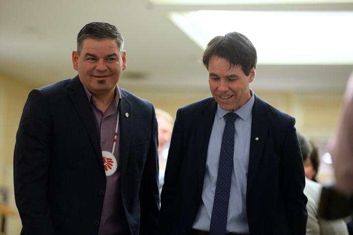 Le ministre Hoskins avec le chef régional de l'Ontario, Isadore Day, lors du Sommet sur la transformation de la santé des Premières Nations.