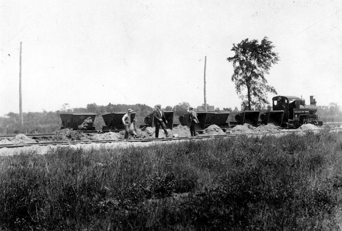 L'équipe d'ouvriers affairée à la construction de la route 2, 1916