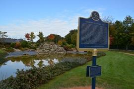 Plaque ontarienne au parc Champlain à Honfleur, en France