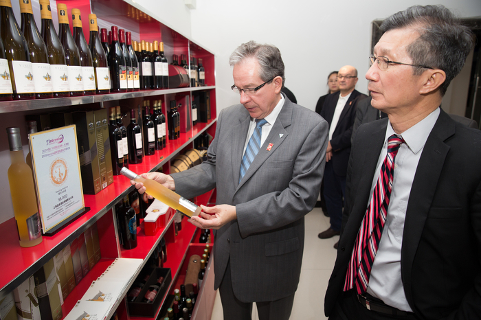 Ministers Leal and Chan check out Vineland Estates Winery VQA wines now available in Ta'ian, China.