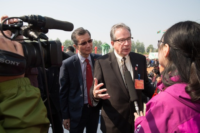 Minister Leal speaks with a local Chinese media outlet at the 16th Annual China International Vegetable Sci-Tech Fair, April 20, 2015.