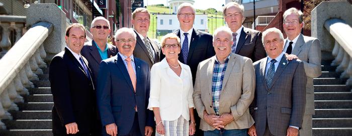 Rangée arrière : (de gauche à droite) le ministre de l'Agriculture de l'Île-du-Prince-Édouard, l'honorable George T. Webster, le secrétaire législatif du ministre de l'Agriculture de la Saskatchewan, Valeur agricole ajoutée et Agroentreprise, M. Scott Moe, le ministre de l'Agriculture et du Développement rural de l'Alberta, l'honorable Verlyn Olson, le ministre de l'Agriculture et de l'Aquaculture du Nouveau Brunswick, l'honorable Michael Olscamp et le ministre des Affaires rurales de l'Ontario, l'honorable Jeff Leal. Première rangée : (de gauche à droite) le ministre de l'Agriculture, de l'Alimentation et des Initiatives rurales du Manitoba, l'honorable Ron Kostyshyn, le ministre de l'Agriculture et de l'Agroalimentaire du gouvernement fédéral, l'honorable Gerry Ritz, la ministre de l'Agriculture et de l'Alimentation de l'Ontario, l'honorable Kathleen Wynne, le ministre de l'Agriculture de la Nouvelle-Écosse, l'honorable John MacDonell et le ministre de l'Agriculture, des Pêcheries et de l'Alimentation du Québec, l'honorable François Gendron.