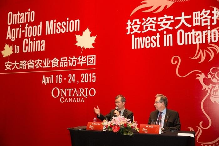Les ministres Leal et Chan répondent à des questions lors d'un forum ontarien sur les investissements, le 21 avril 2015 à Nanjing, au Jiangsu, en Chine.