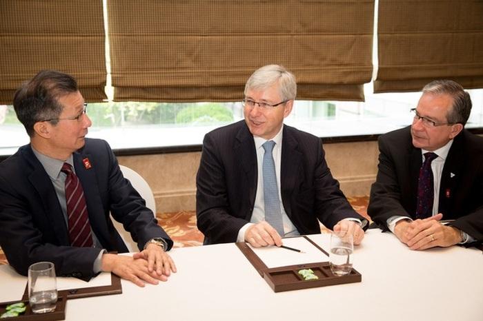 Les ministres Leal et Chan s'entretiennent avec l'ambassadeur du Canada en Chine, M. Guy Saint-Jacques, à Pékin, le 17 avril 2015.