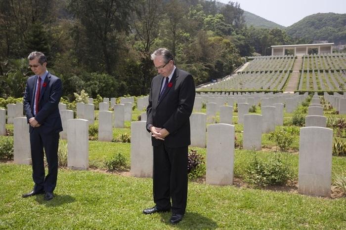 Les ministres Leal et Chan sont au cimetière militaire de guerre du Commonwealth, à Sai Wan, à Hong Kong, en Chine, le 24 avril 2015.
