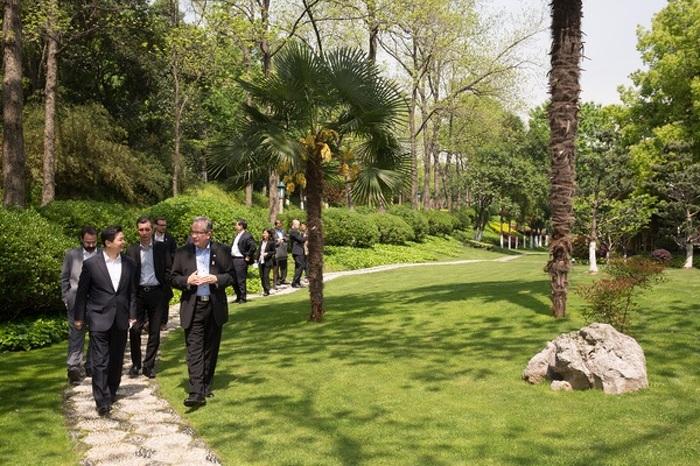 Des fonctionnaires du gouvernement du Jiangsu font visiter les jardins d'un édifice gouvernemental aux ministres Leal et Chan, à Nanjing, au Jiangsu, en Chine, le 21 avril 2015.