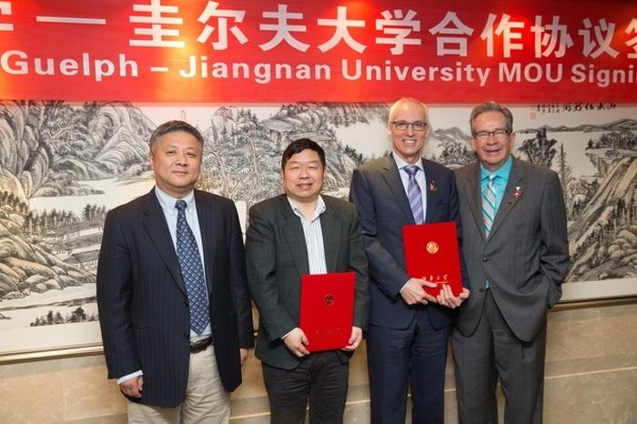 Le ministre Leal, le président de l'Université de Guelph, M. Franco Vaccarino, et des représentants officiels de l'Université du Jiangnan sont présents à la signature d'un protocole d'entente convenu entre l'Université de Guelph et l'Université du Jiangnan, à Wuxi, en Chine, le 22 avril 2015.